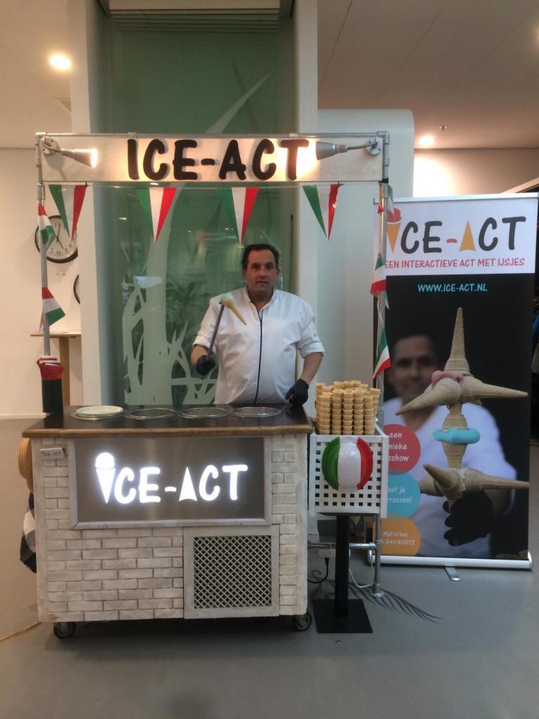 reizende ijscoman met ijscokar